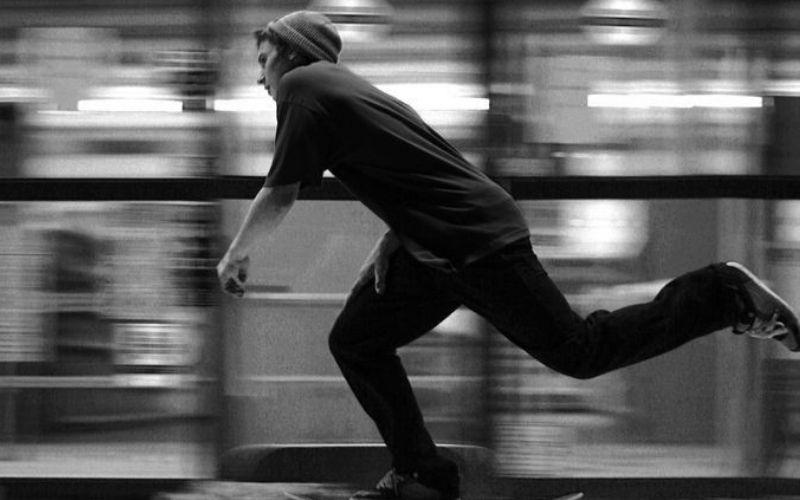 Joven patinando en monopatín