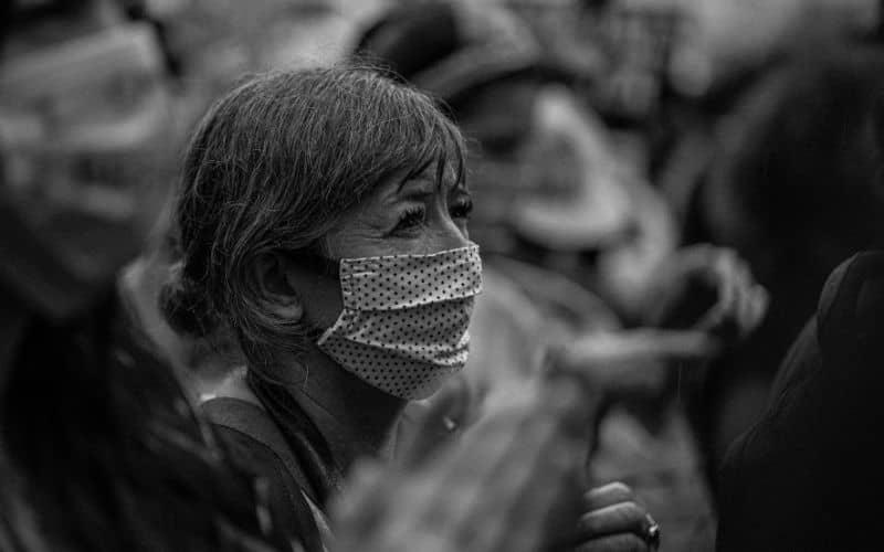 Mujer con mascarilla en la calle